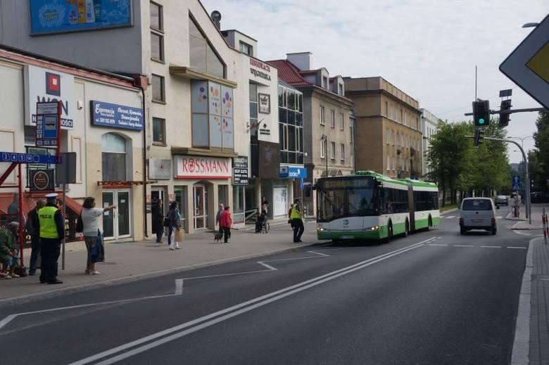 Ul. Malmeda. Gwałtowne hamowanie autobusu. Pasażerowie poturbowani, bo na jezdni był paseczek (zdjęcia)