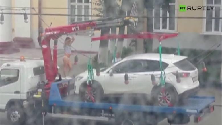 Rosja. Nie chciała stracić bmw crossovera. Urządziła striptiz (wideo)