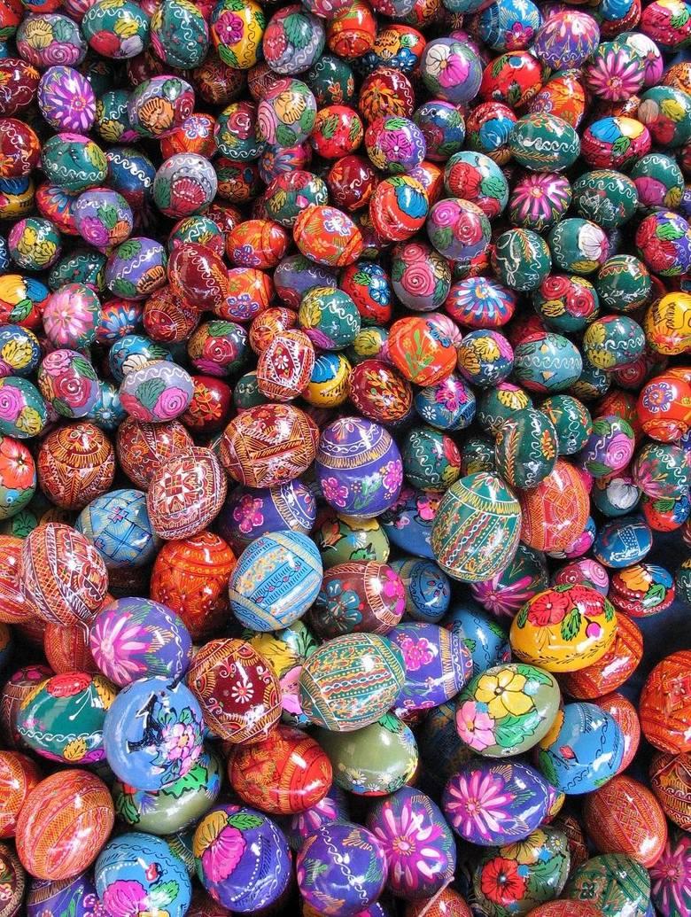 Jajko To symbol życia, jego zwycięstwa nad śmiercią. Zgodnie z tradycją w Wielkanoc na naszym stole stawiamy kolorowe jajka (malowane farbkami, farbowane