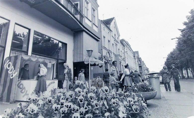 Bratki w gazonach ozdobiły w 1977 roku lewą stronę al. Wojska Polskiego