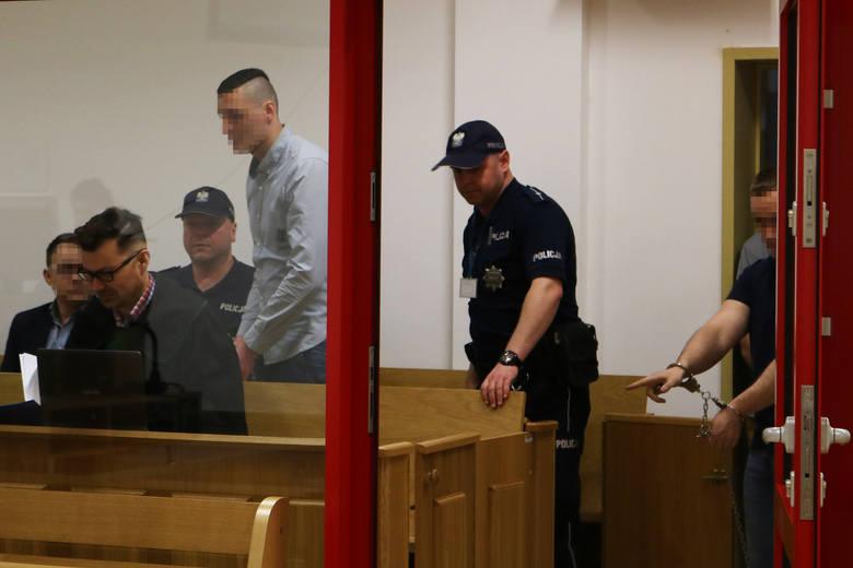 Na ławie oskarżonych zasiada pięciu mężczyzn. Dawid K., ma zarzut zabójstwa – a czterech pozostałych odpowiada za pobicie ze skutkiem śmiertelnym: to Przemysław K., jego kuzyn Artur L. Łukasz K. i Paweł Sz.