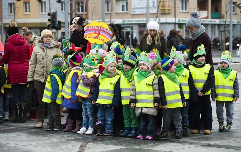 Mimo mżawki setki dzieci wzięły w poniedziałek udział w kolorowym marszu, który zainaugurował 1. Dziecięcy Festiwal Sztuki Filmowej w CK105.