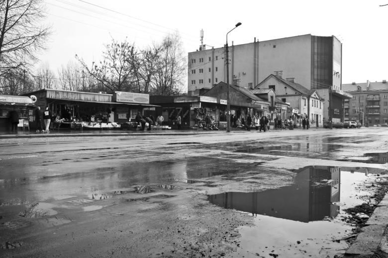 Po zamknięciu targowiska, niektórzy handlowcy nie dali za wygraną i przenieśli się na drugą stronę ulicy.