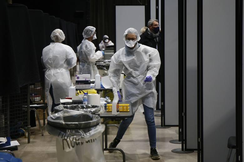 Epidemia koronawirusa nadal atakuje Europę: zakaz wychodzenia z domów, spotkania tylko z bliskimi i zdalna nauka