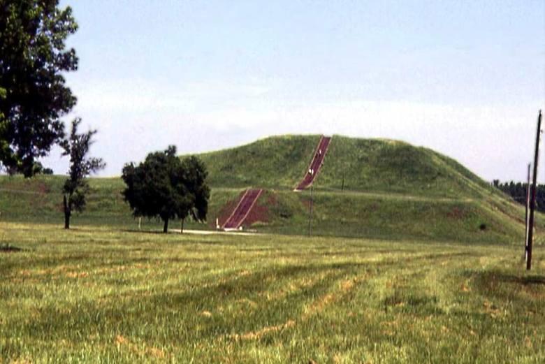 Kopiec Mnichów, największy przetrwały kopiec ziemny kultury Missisipi w Cahokia Mounds (Illinois) na wschodzie Ameryki Północnej. Tam R. Palonka po raz pierwszy uczestniczył w amerykańskich badaniach archeologicznych. Cahokia była proto-miastem, w XII i XIII wieku n.e.zamieszkiwało ją około 35-40...