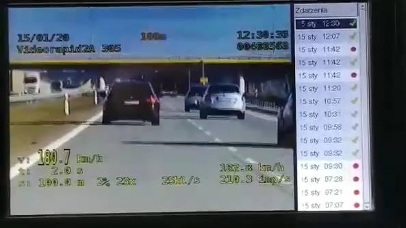 Policjanci jechali nieoznakowanym BMW, na trasie S-8, na terenie powiatu łaskiego zauważyli jadące z dużą prędkością BMW 520. Wideorejestrator wskazał