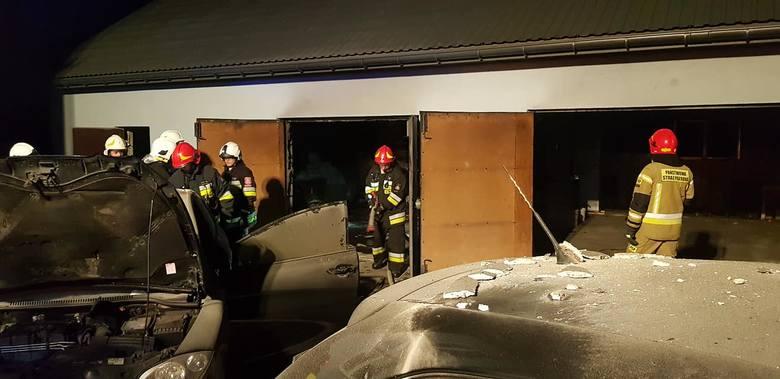 Pożar w Michałowicach. Ogień wybuchł nocą w garażu, na ratunek wezwano cztery jednostki strażackie
