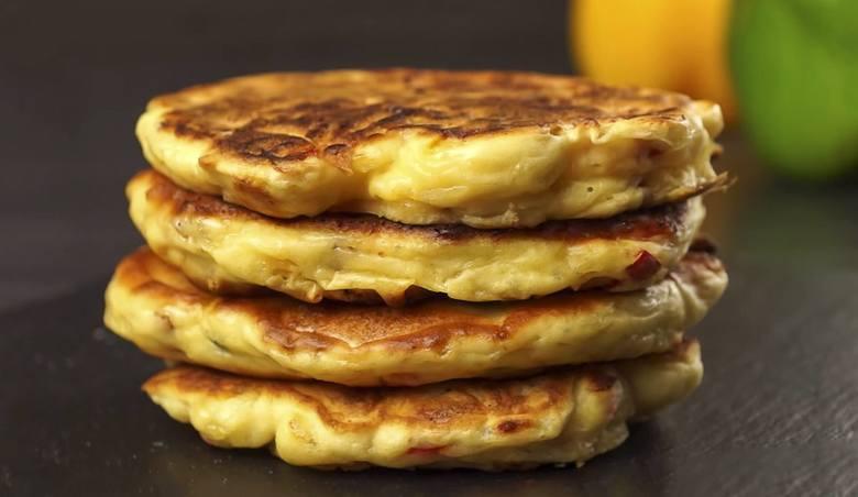 Szarlotka, racuchy z jabłkami, omlet i inne przepisy na słodkie dania, w których królują jabłka