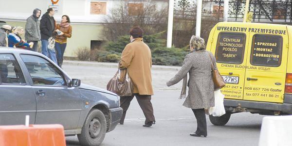 Wracające z zakupów klientki Solarisa skracając sobie drogę na przystanek, wchodzą wprost pod samochody.
