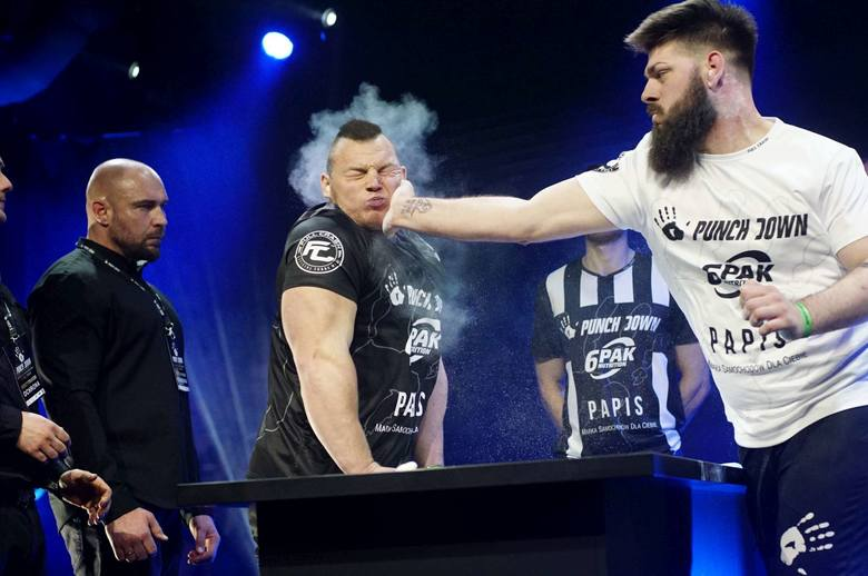 """Sobotnią galę PunchDown 2, czyli turniej w policzkowaniu się, wygrał Dawid """"Zaleś"""" Zalewski z Obornik. Zobacz więcej zdjęć ----&am"""