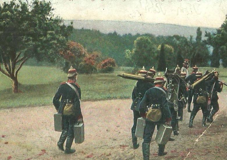 Niemiecki oddział karabinów maszynowych podczas manewrów wojskowych, bardzo często organizowanych  w terenie