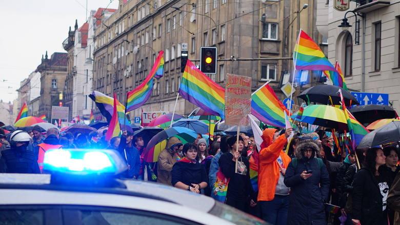 Marsz Równości we Wrocławiu. Miasto obstawione policją, paraliż komunikacyjny w centrum (ZDJĘCIA)