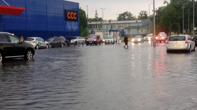 Na parkingu przy Tesco, który też został zalany, niektórzy chodzili... w gumiakach!