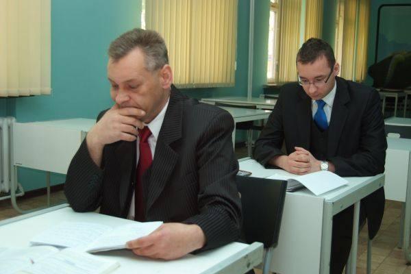 Panowie chodzili do tej samej szkoły, ale Damian w trybie dziennym, a pan Krzysztof w trybie zaocznym.