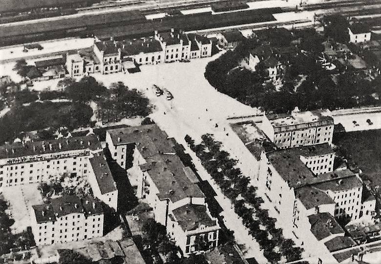 Panorama części al. Wojska Polskiego i placu dworcowego sfotografowana prawdopodobnie w okresie międzywojennym z pokładu sterowca