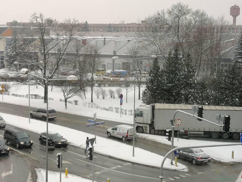 Koła od ciężarówki odpadły przy skręcie z ulicy Dokonta w aleję Grzecznarowskiego w Radomiu.