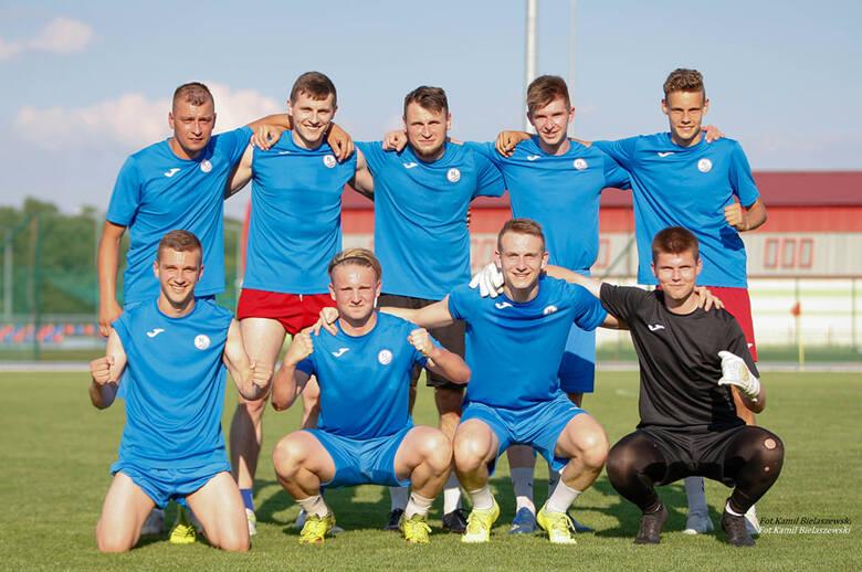 Piłkarze GKS Zio-Max Nowiny nie rozegrali w piątek meczu czwartej ligi z Łysicą Bodzentyn. Goście nie zebrali kadry na to spotkanie i nie przyjechali
