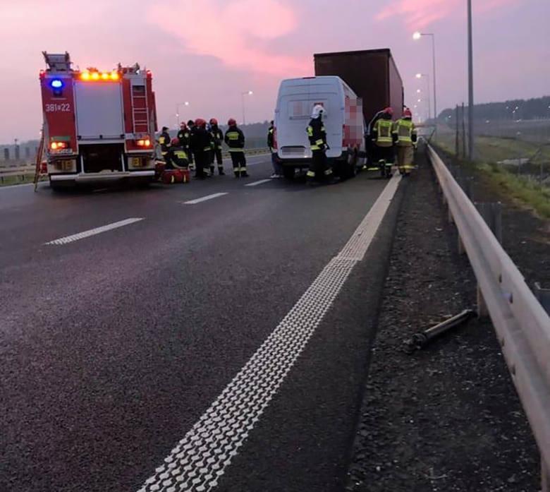 LUBUSKIE Bus uderzył w tył ciężarówki na S3 przy zjeździe do Nowego Miasteczka. Na miejscu służby ratunkowe