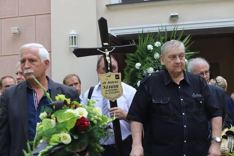 W ostatniej drodze Antoniego Szrama uczestniczyli przedstawiciele łódzkich instytucji kultury, władz miasta, artyści, rodzina i przyjaciele. Pożegnalne
