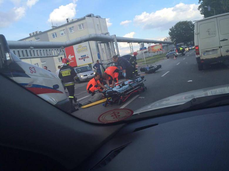 Do kolizji doszło na ul. Trembeckiego w Rzeszowie. Motocyklista uderzył w auto. Na szczęście, nikomu nic poważnego się nie stało. Ruch został przywr