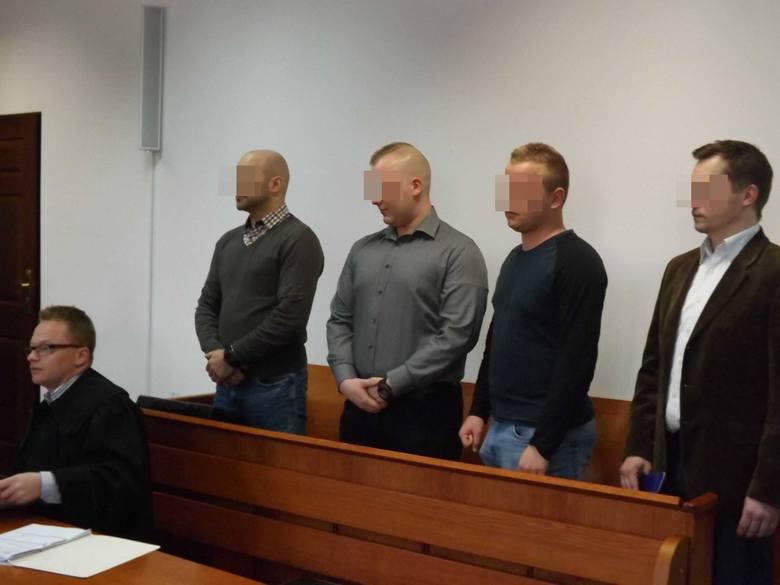 Główny oskarżony Marcin W. miał na komendzie kilkakrotnie razić paralizatorem skutego kajdankami 18 - letniego wtedy Kornela Ś., zatrzymanego jako sprawcę