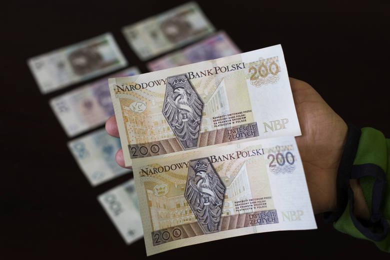 Minimalne wynagrodzenie za pracę w 2020 r. wynosi 2 600 zł. Oznacza to wzrost o 350 zł, czyli o 15,6 proc. w stosunku do 2019 r. (rok temu najniższa