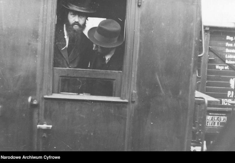 Lata 30., przedwojenna Polska, Żydzi mogli jeszcze swobodnie podróżować pociągiem. Tu jadą prawdopodobnie na uroczystość zaślubin. W czasie okupacji