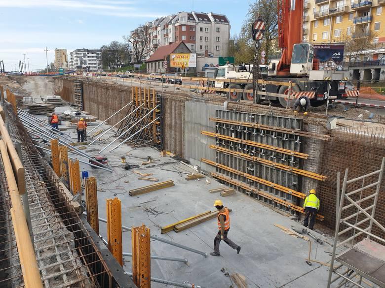 Koszt inwestycji, łącznie z zakupem nowoczesnych tramwajów i zakończoną już przebudową węzła Szarych Szeregów to ponad 370 mln zł. Sam koszt prac budowlanych