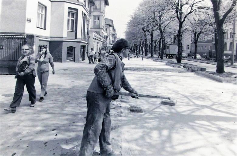Tak wiosną 1977 roku gładzono nową, asfaltową nawierzchnię al. Wojska Polskiego, która zastąpiła bruk