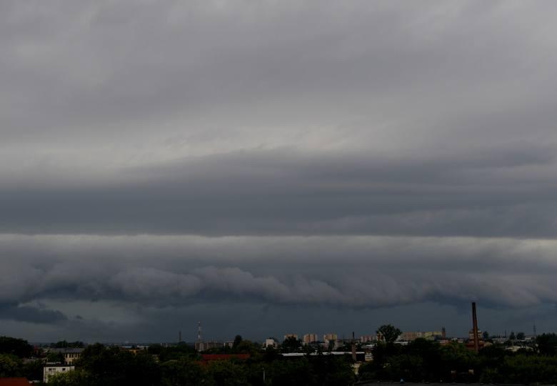 Ogromna chmura burzowa nad Radomiem. Ostrzeżenia drugiego stopnia!