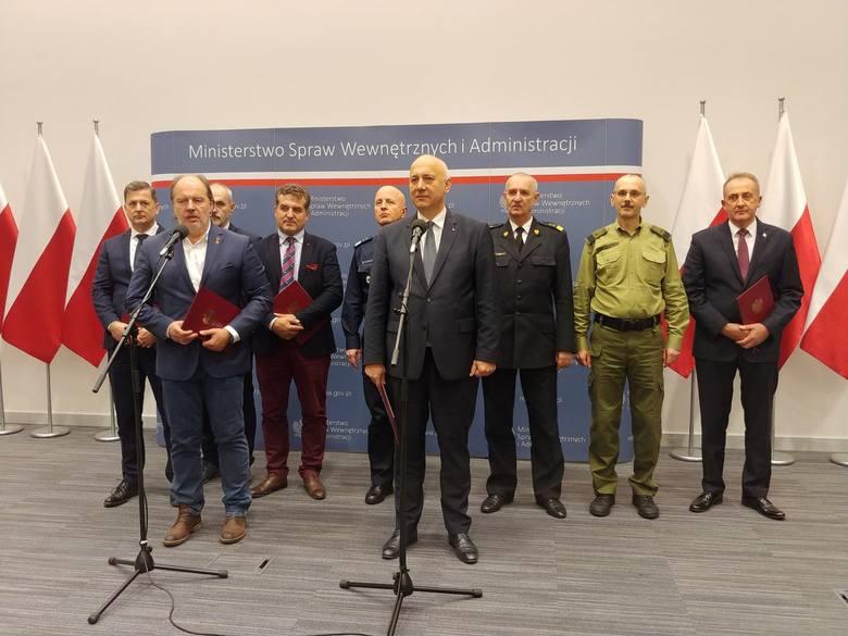 Podpisano porozumienie związkowców służb mundurowych z Ministerstwem Spraw Wewnętrznych i Administracji.Zobacz treść porozumienia>>&am