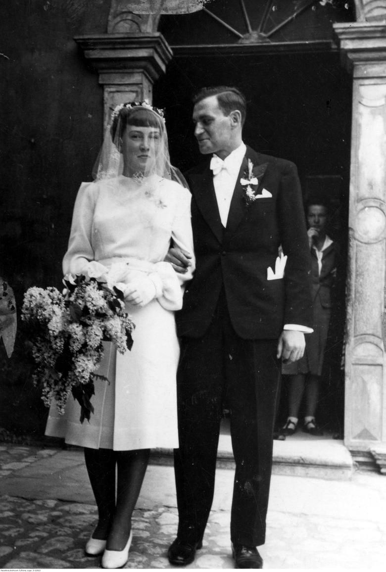 1941Lata 40. to czas, w którym panny młode pokazały nogi! Krótsze suknie do kolan stawiały na prostotę i elegancję. Znikają koronki i falbany oraz długie
