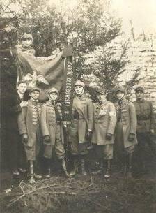 Złoczowscy sokoli na tle sztandaru. Trzeci z prawej naczelnik Henryk Urbański, Złoczów 1930 .