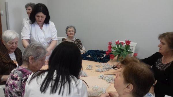 Pensjonariusze DDP w czasie wspólnego układania puzzli.