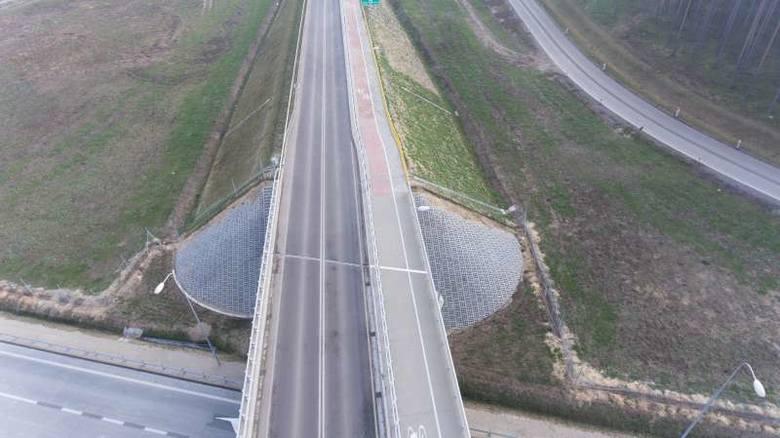 Razem z wcześniej wybudowanymi fragmentami S8 daje to prawie 180 km bezpiecznego połączenia drogowego pomiędzy oboma miastami - dwie jezdnie, pasy rozdzielające,