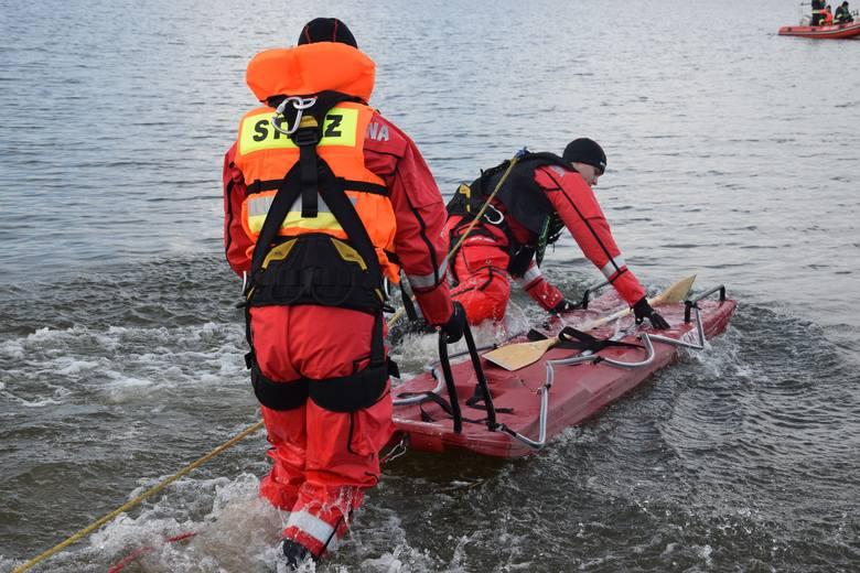 Prawie 50 strażaków wzięło dziś udział w ćwiczeniach ratowniczych na Dużym Jeziorze Żnińskim. Chodziło m.in. o umiejętność użycia desek lodowych i ewakuację,