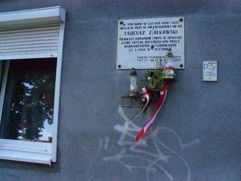 Tak wygląda elewacja kamienicy przy Grunwaldzkiej 103. Powieszenie nowej tablicy na zapaskudzonej ścianie byłoby skandalem. Miasto i wspólnota muszą