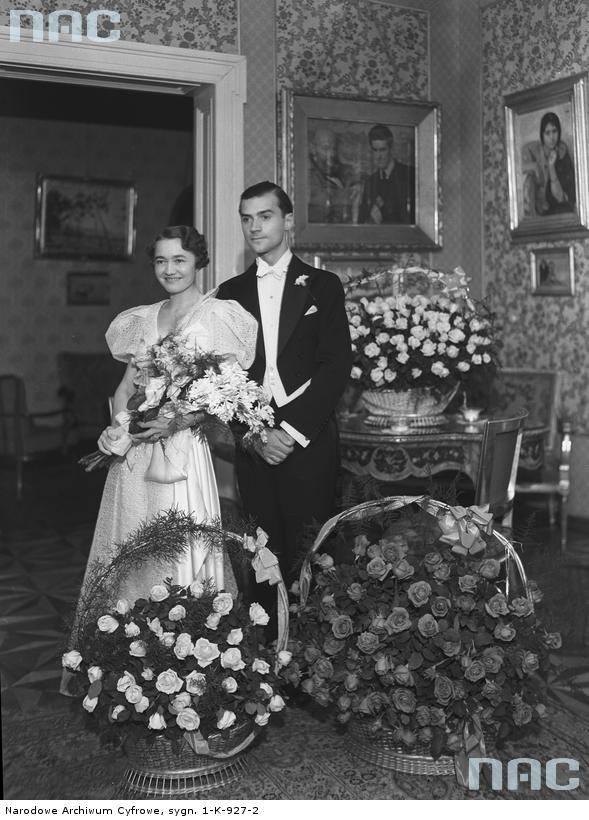 Henryk Paschalski z żoną Jadwigą Dąbrowską. Młoda para wśród kwiatów.