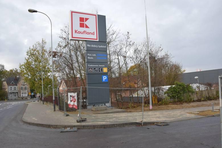 Budowa kompleksu handlowego po byłej Estradzie w Zielonej Górze, gdzie powstaje m.in. nowy market Kaufland oraz nowe rondo