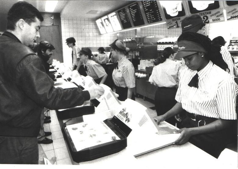 """Pierwszy McDonald's w Polsce został otwarty w 1992 roku w Warszawie. Poznań """"doczekał się"""" lokalu tej sieci dwa lata później. McDonald's"""