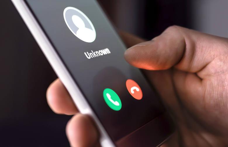 Masz połączenie z nieznajomego numeru i dostajesz informację o wypadku bliskiej osoby? Uważaj na oszustów!