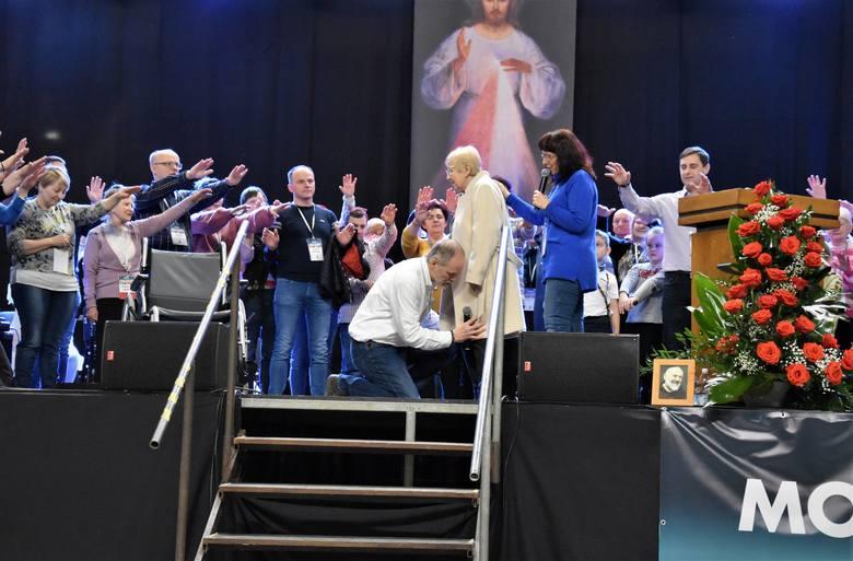 Damian Stayne, w asyście uczestników forum, odmawia modlitwę wstawienniczą o uzdrowienie Elżbiety Włodek