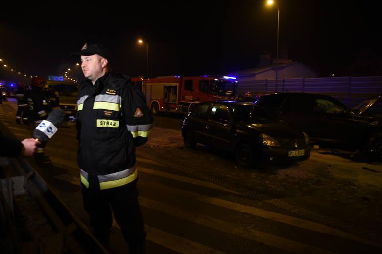 Do groźnego wypadku doszło dziś (środa) około godz. 18 przy zjeździe z autostrady A1 na drogę krajową nr 10.Jak informują kujawsko-pomorscy strażacy