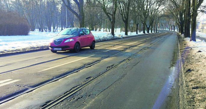 Tramwaje w Łodzi jak żółwie, bo tory w rozsypce...