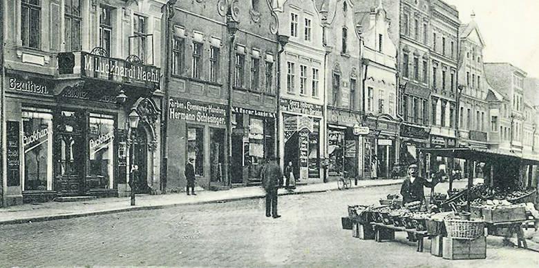 Rynek w latach 20. Wówczas przy ratuszu stały kamienice, często organizowano targi, na które przyjeżdżała cała okolica.