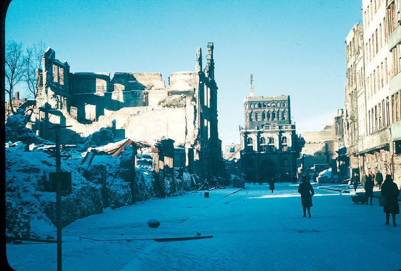 ul. Długa, na dalszym planie zniszczona Złota Brama i wieża Katowni