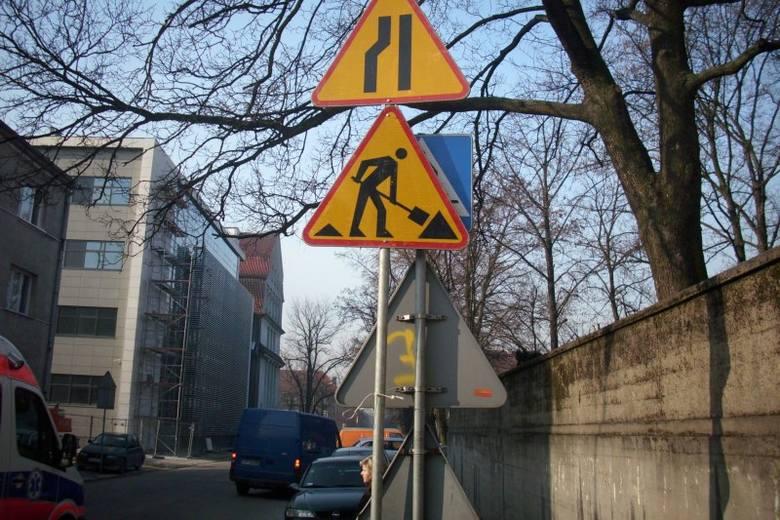 Nisko wiszące znaki na ulicy Karola Miarki w Opolu.