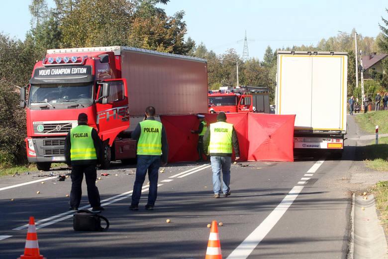 Zdjęcia z miejsca tragicznego wypadku w Babicy. Nie żyje 79-kierowca opla. Jego auto zostało zmiażdżone przez ciężarówkę.
