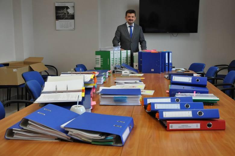- Sam wniosek o tę dotację unijną mieścił się w 60 segregatorach - pokazuje Piotr Pośpiech.
