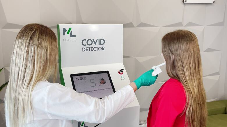 Wystarczy dmuchnąć i po kilkudziesięciu sekundach Covid Detector podaje wynik na obecność w organizmie Covid-19